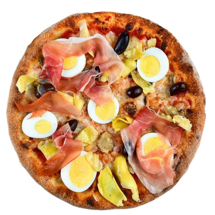 PIZZA CAPRICCIOSA, sos de rosii, mozzarella, masline, anghinare, ciuperci, ou fiert, prosciutto crudo
